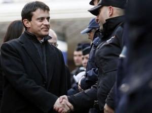 Le ministre de l'Intérieur Manuel Valls salue des policiers, le 12 décembre 2012 à Paris. afp.com/Kenzo Tribouillard